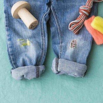 カジュアルなデニムには、明るい色の刺繍やあて布でお直しを。刺繍であれば、ストレートステッチで布同士を縫い合わせるのも良いですし、クロスステッチやサテンステッチで模様をつけてアレンジするのも楽しいですね!あて布は、ハギレやお気に入りの布をチョイスして仕立てましょう♪