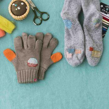 ダーニングとは、ヨーロッパで古くから伝わる伝統的な補修方法のこと。毛糸を使って、四角形や丸型など仕上げたい形をイメージしながら、縦に横に刺繍するように穴の空いた部分を埋めていきます。靴下や手袋などの小物系はあえて可愛い色の糸を選んで目立たせると可愛いですよ♪
