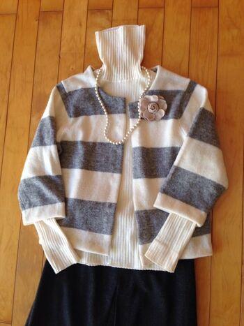 着なくなったセーターは、ハサミを入れてカーディガンにリメイク。なんとも斬新なアイデアです。カーディガンにすれば着こなしの幅も広がり、眠っていた服もまた着こなすことができますね。