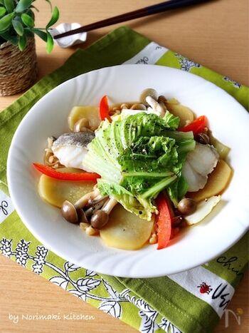 お皿の上で調理するので、加熱が終わればすぐに食卓に出せる簡単さなのに、きちんとした主菜が完成するタラのバター蒸しです。お鍋で余った白菜の整理にも向くので、覚えておくと便利です。