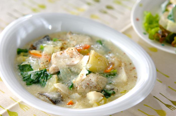 こちらは、タラを使ったシチューのレシピです。白菜やじゃがいもなど、冬においしい素材がたっぷり。フライパンとお鍋を使いながら、効率よく作っていきます。牛乳を加えて優しいミルクシチューに仕上げましょう♪