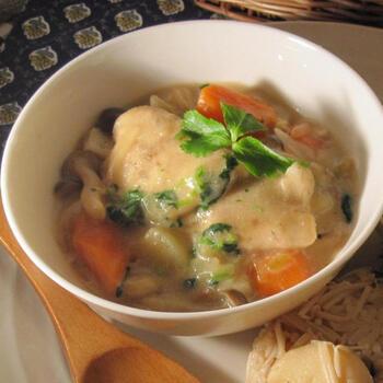 真鯛もシチューにできますよ。切り身が手に入ったらぜひ作ってみてください。鯛は最初に小麦粉を付けてカリっと焼いておくのがポイント。帆立スープの素や味噌を使って味わい深く仕上げています。豆乳は牛乳でもOKなので、場合によってアレンジしてみてくださいね。