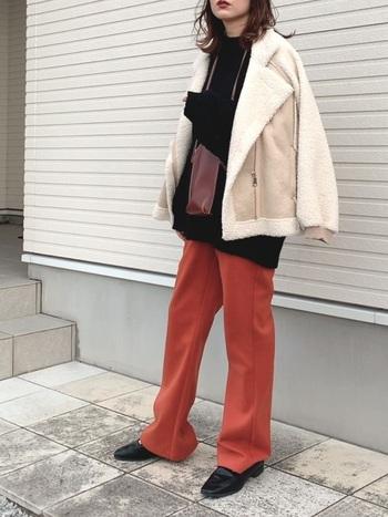 トレンドアイテムとしても人気が高いカラーパンツは、白のムートンジャケットと組み合わせることで、お互いの魅力が引き立つコーデに。冬の着こなしでも明るく華やかに仕上がります。