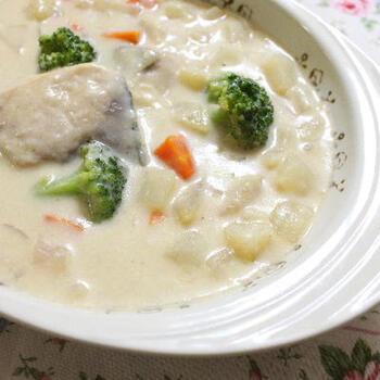 おなじみのブリもシチューに入れてみましょう。魚のシチューでは、クリームベースのものも多いですが、魚を変えるだけでいろいろな味わいが楽しめます。こちらは、合わせ味噌入りのスープで煮て、醤油を加えたホワイトソースも入れてさらに煮込んで作るレシピ。和風素材を上手に使ってお好みの味に仕上げましょう♪