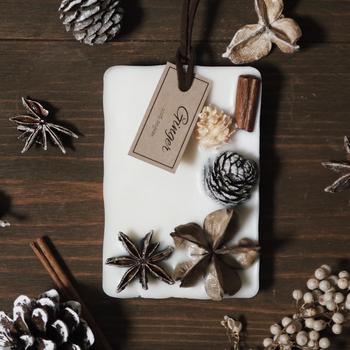 ワックスサシェならオブジェのように、香りと一緒にデザインも楽しむことができますよ。こちらは香りを選べるタイプ。チョコレートモカやチャイティーなど、こっくり甘いドリンク感覚で楽しんで。