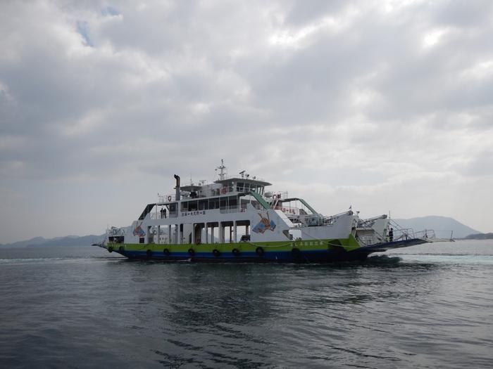 忠海港から大久野島(大久野港)間は1時間に1~2本船が出ており、時間によって定員300名の大三島フェリーと、定員100名の休暇村の旅客船の違いがあります。フェリーの場合は、大久野港を経由して、しまなみ海道の大三島(盛港)へ向かう路線になります。