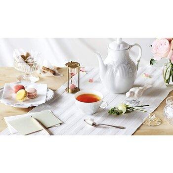 CMなどでもおなじみ、言わずと知れた、イギリスの紅茶メーカー「トワイニング」。1717年に創業し、すでに300年以上の歴史がある老舗ブランドです。  「トワイニング」といえば定番はアールグレイですが、2019年から初のルイボスティー、「リッチ ルイボス」を発売しています。  細かく、茎が少ない厳選された高グレードの茶葉をふんだんに使用しており、もちろん、カフェインフリー。ミルクティーにアレンジしても美味しいそうなので、砂糖を加えて甘めにして、お子さんと一緒に飲む、というのもよさそうですね。