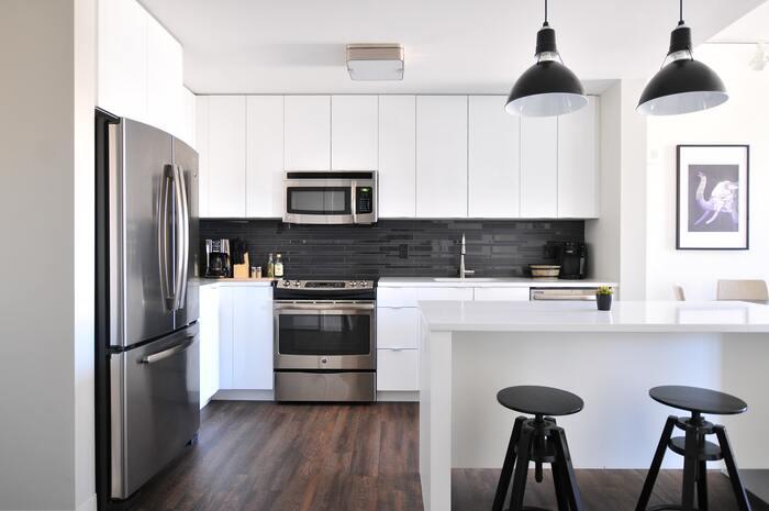 掃除が大変な場所は、数ヶ月に分けて計画します。例えばキッチンは、水回り・コンロスペースと、食器棚・家電スペースなどに分けると月々の負担が減らせますね。  その他の場所も、掃除の大変さでランク分けしてみましょう。負担が大きい部屋は分けて、負担が少ない部屋はまとめて掃除する計画を立てることで、無理なく進められそうです。