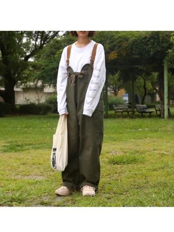 カジュアルなパンツスタイルとの相性も抜群◎アッパーはスエード調の人工皮革を使用しているので、上品な雰囲気を感じられる着こなしに。