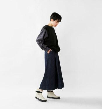 ロングスカートと合わせてもバランスよく履くことができますよ。ホワイトならよりスタイリッシュなコーディネートに。