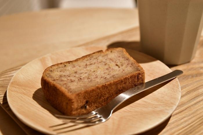 自家製パウンドケーキは無添加でグルテンフリー。ダイエット中の方も、罪悪感なしで食べられますね。ほかにも、酒粕チーズケーキやタルトなども人気ですよ。