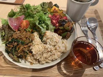 食品添加物や保存料をできるだけ使わない、腸内環境を整えるように考えられたメニューの数々。ランチプレートは、玄米や米粉パンに、主菜と副菜2~3種類を日替わりで組み合わせています。