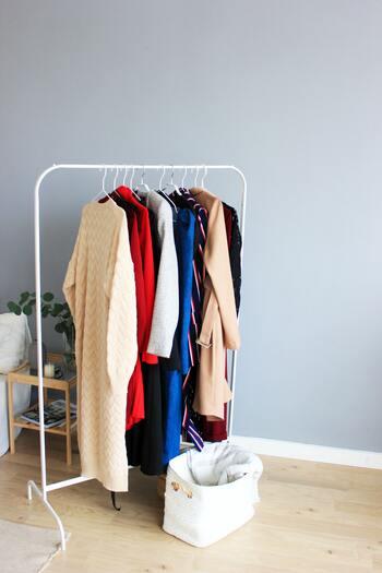 衣替えシーズンに入る4月。クローゼットをきれいに掃除しましょう。服の整理整頓と合わせて、クローゼット内の床や棚、ハンガーポールなどを掃除します。タンスや引き出し式の衣類収納をお使いのご家庭は、引き出しの中も忘れずに。