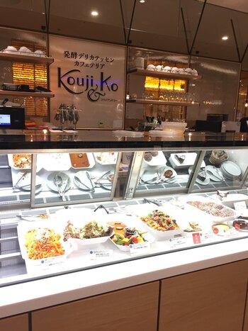 お料理は、発酵学者である小泉武夫氏によるアドバイスのもとで作られ、毎日食べても飽きのこない味付けが評判です。