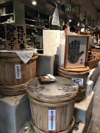 店内にある大きな樽の中では、米糀を育てているそう。発酵マニアの料理長が手がけるすべてのメニューに、こだわりの発酵食材が使われていますよ。