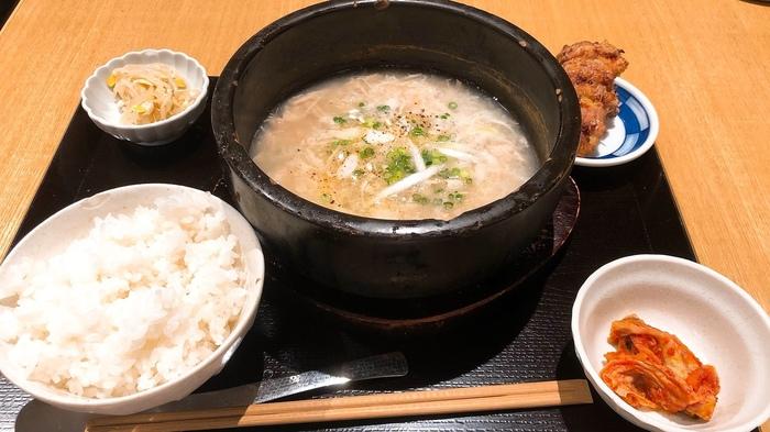 こちはら、グツグツと音を立てる参鶏湯と唐揚げがセットになった「発酵5定食」。鶏の出汁が効いた参鶏湯は、体の芯から温まります。一般的に参鶏湯には干し栗を使いますが、こちらでは代わりに麹を入れているのが特徴。丸鶏と朝鮮人参をじっくり煮込んだスープに、麹のやさしい風味が良く合います。