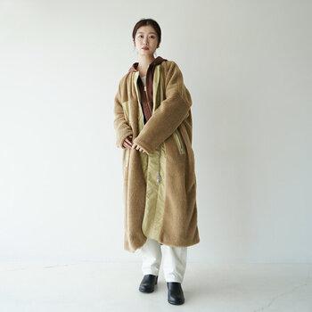 ボア素材をたっぷり使用した、ロング丈のノーカラーコート。アシンメトリーなデザインで、大人の遊び心をアピールできる一枚です。サイドにはボタン付きのスリットが施されているので、動きやすさも◎