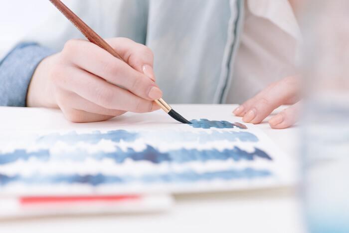 """絵を描くことで、ストレスが減るといわれています。「絵を描くのが上手ではないから…」と思う人もいるかもしれませんが、""""ただ好きなように描くだけ""""でも、ストレス解消効果があるそう。絵を描くことだけに集中することで、現実から少し離れられて、心のノイズも小さくなるかもしれません。水彩絵の具、油絵の具、アクリル絵の具、コピック、ボールペン、色鉛筆など、さまざまな絵の手法があるので、自分好みの画材で絵を描いてみてくださいね。"""