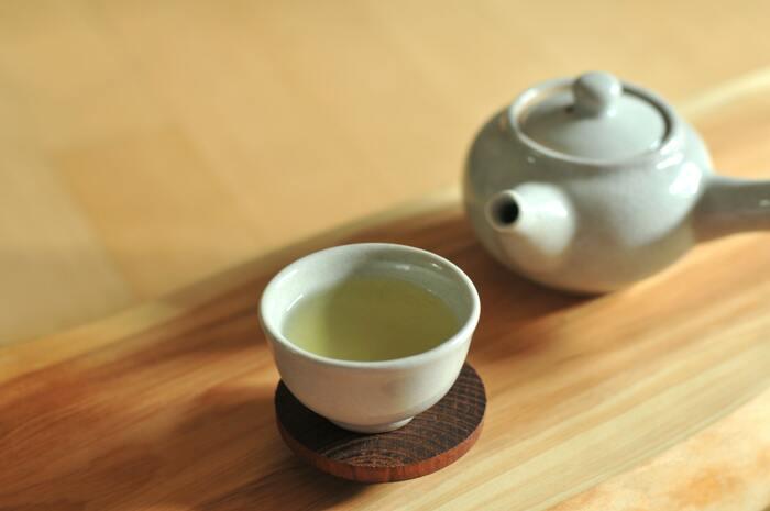 緑茶は殺菌力が高いといわれ、飲むだけでも効果を期待できますが、さらに効果を高めるために「緑茶でうがいする」ことが注目されているそう。お湯で淹れて冷ましたものが一番良いといわれていますが、市販のペットボトルの緑茶でも代用可能です。煎茶・濃い目の緑茶などを選ぶのがおすすめ。