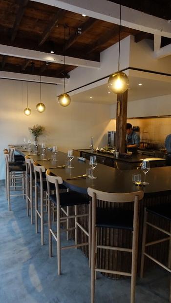 シェフは、国内外の有名レストランでシェフを務めた腕の持ち主で、デンマークのレストランに勤務していたときに、発酵食材の魅力を再発見しこのお店をオープンしたそう。スタイリッシュな空間で、ゆっくり食事をいただきましょう。