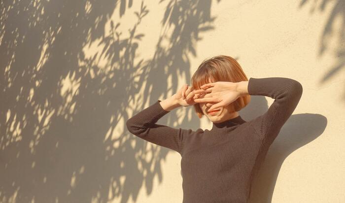 朝に日光を浴びることで、体内時計が整い、夜には自然と眠りにつけるといわれています。朝日を浴びる時間は、10分から30分ぐらい。朝の歯磨きやメイクなどを、日光を浴びながら行うことで、習慣づけしやすいかもしれません。「朝一番に日光を浴びるのが苦手」という人は、手のひらを朝日にかざすだけでも効果があるそうなので、お試しくださいね。