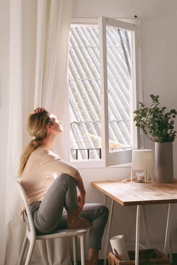 換気が不十分な場所では、ウイルスが増えてしまうといわれています。窓が2か所以上あるお部屋ならば、対角線上にある窓を同時に2つ開けて、窓が1か所しかないお部屋ならば、ドアも開けて空気の通り道を作りましょう。1時間に10分換気するより、1時間に5分×2回換気をする方が効果が高いそう。ご自身が負担を感じない頻度で、空気の入れ替えをしてみてくださいね。