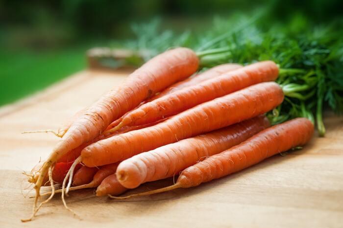 ビタミンAは、鼻や喉の粘膜を保護・強化してくれるため、積極的にとりたい栄養素の1つです。ビタミンAが多く含まれるのは、ウナギ・レバー・銀ダラ・にんじん・ニラ・ほうれん草など。脂質にとけやすいため、野菜類は油で炒めたり、オイルドレッシングをかけて食べるのもおすすめです。ビタミンAとビタミンCは、一緒にとることでさらに効果を高めることができます。