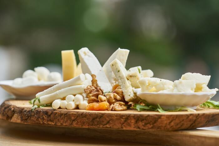 亜鉛は、免疫に関わる細胞が機能するために必要な栄養素。しっかりとることで、免疫力を維持するほか、タンパク質と一緒にとることで新陳代謝を高める効果を発揮します。また、ビタミンAを体内にとどめてくれる役割も。牡蠣・チーズ・高野豆腐・レバー・アーモンドなどに多く含まれています。