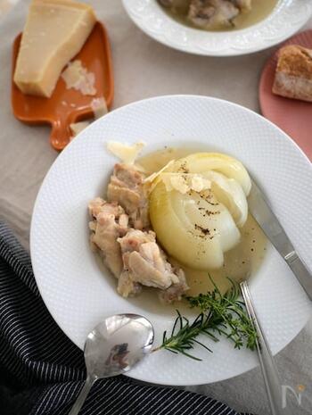 玉ねぎと手羽元とにんにくを一緒に入れて作った滋養強壮におすすめのスープ。玉ねぎを丸ごと使うとご馳走感が増しますよね。炊飯器で作るので手羽元と玉ねぎはとても柔らかくなり絶品です!