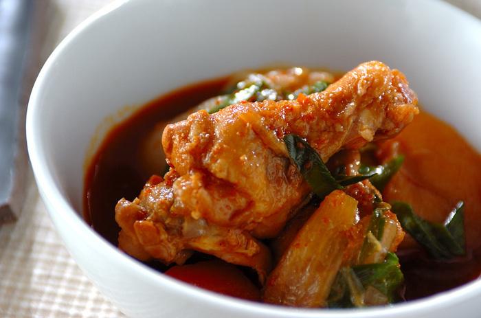 韓国風肉じゃがといわれているタットリタン。鶏手羽元を皮に沿って切り込みを入れ、じゃがいもやにんじん、青ネギなどの野菜をひと口大に切ったものを合わせ調味料と一緒に炊飯器で煮込みます。トロトロに柔らかくなった手羽元が本当に美味しい一品です!