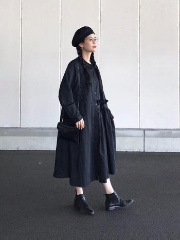 全身ブラックの、スタイリッシュなコーデ。普通だと重たい印象になるところですが、絶妙な丈のスカートとブーツの組み合わせで抜け感が出、軽やかな印象に。