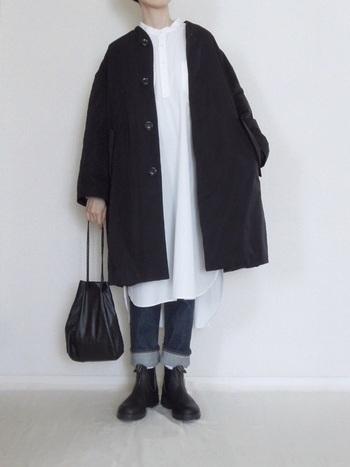 定番のジーンズと合わせて。裾はロールアップして、わずかに白ソックスをチラ見せするのがお洒落のポイントです。