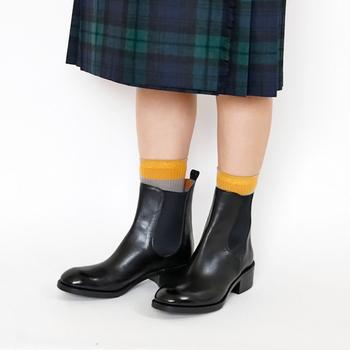同系色の靴下やタイツを合わせるとシックで落ち着いた印象になり、明るい色のものを合わせるとユニークで遊び心あふれる足元になります。ソックス&ブーツのコンビネーションで、足元のお洒落を楽しんでみてくださいね。