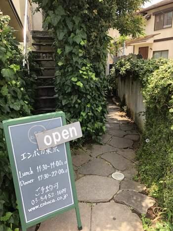 こちらは窯焼きピザが名物の「en boca(エンボカ 東京)」。緑に囲まれた外観を目にすると、お店に入る前からワクワクしてしまいます。