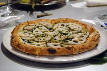 こちらは「れんこんピザ」。れんこんのシャキシャキとした食感が美味しい一品です。