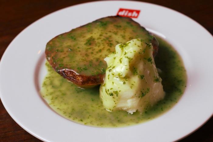 「dish-tokyogastronomycafe」に来たらまず食べたいのが「パイ&マッシュ」!18世紀に確立されたというロンドンスタイルのパイは、一度食べたら忘れられない味。ランチメニューはサラダもついています♪