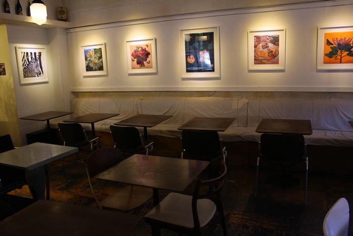 店内はギャラリースペースもあり、アーティストの作品を楽しめるのも魅力の一つです。ソファ席やテラス席もあって、ゆったりと寛げます。