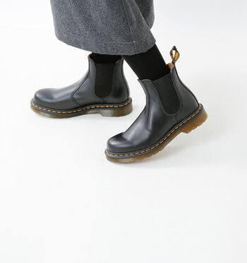 サイドゴアブーツには靴ひもやバックルなどが無く、くるぶしが隠れる程度のショート丈であることから、着脱のしやすさが大きな特徴になっています。サイド部分のゴアはゴムなどの伸縮性のある素材でできていて、履き口には着脱しやすいよう持ち手が付いているのが特徴です。