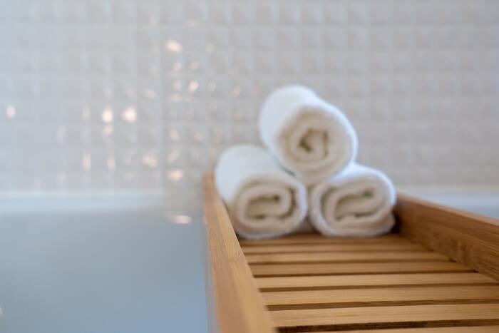 入浴後、身体に少しでも水気が残っていると、水分が蒸発する時に熱を奪ってしまい、湯冷めの原因に。お風呂から出たら、水気をしっかりとふき取り、早めに髪の毛を乾かしましょう。
