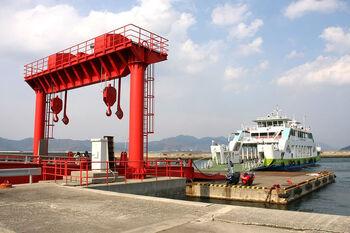 上記でご紹介した「忠海港」からの折り返しで、愛媛県大三島にある「盛港(さかりこう)」からも大久野島経由でフェリーが出ています。瀬戸内海に浮かぶ島々を7つの橋で結んだ「瀬戸内しまなみ海道」から近いところにあり、のどかな自然に癒される港です。