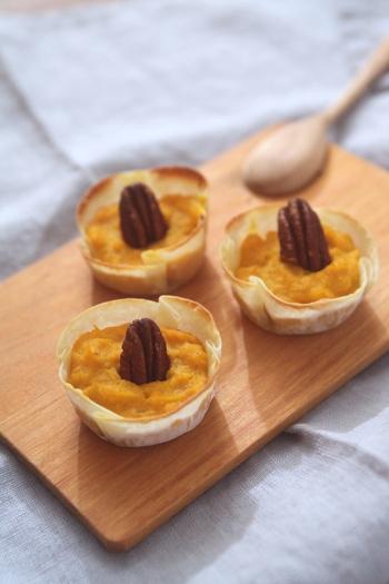 マフィン型に餃子の皮を敷き、かぼちゃとマスカルポーネチーズを合わせたものを詰めた小さな前菜。おしゃれで可愛いテーブル映えする一品です。