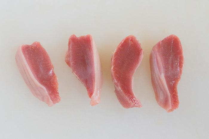 """焼き鳥屋さんで見かける、「砂肝」という名前。""""肝""""というワードからレバーだと勘違いされやすい部位ですが、実は胃の部分で、コリコリした食感が特徴です。"""