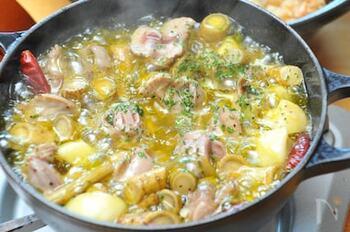 砂肝とゴボウを一緒に調味料に漬け込み、時間が経ったらニンニクと一緒にオリーブオイルで煮込みます。ゴボウを加えることで、また一味違った風味になります*