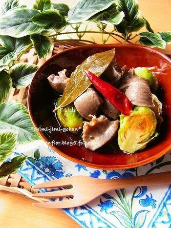 甘味とほのかな苦味が美味しい芽キャベツも、砂肝のコンフィと相性抜群♪ホクホクとした食感がやみつきになります。ハーブは、タイム、セージ、ローズマリーなどお好みのもので作ってみてください。