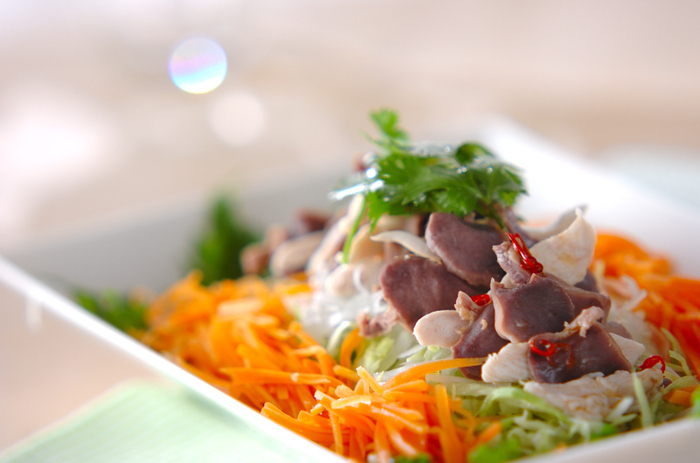 茹でた砂肝は野菜と一緒に食べればさらにヘルシー!ナンプラーを加えたエスニックな味わいのドレッシングをかければ、お箸がどんどん進みます♪
