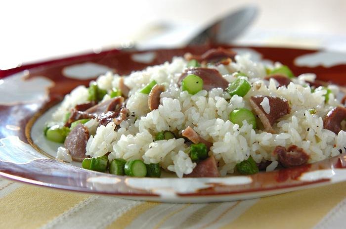 砂肝とグリーンアスパラでバターライス♪調味料は塩、胡椒、バターとシンプルなので、おうちにあるもので気軽に挑戦できます。リピートして作りたくなる一品です!