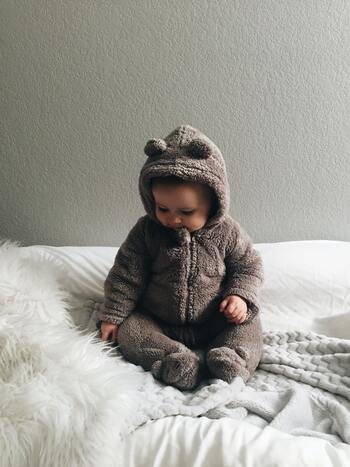 赤ちゃんの時期を過ぎると、出番が少なくなってしまうカバーオール姿。その時にしかできない服装も、ぜひ小物の1つとして楽しみましょう!ベッドやソファの上にカバーをかけて撮影すると、高さが出て写真も撮りやすくなります。