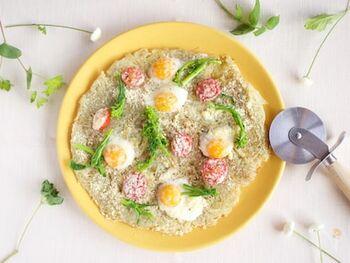 【主な具材】じゃがいも2個・うずらの卵・プチトマト・菜の花・粉チーズ  うずらの卵とプチトマトでまるでお花が咲いたお花畑のようにも見えるじゃがいもガレットが完成しました。粉チーズをたっぷり散らして、香りよく。  ひと品で野菜もたんぱく質も摂れるので、朝ご飯として出せば、食の細い子供でも美味しく食べられますね。