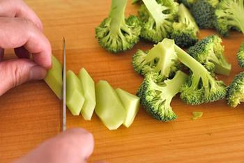 ブロッコリーのゆでムラをなくすコツは、全部の小房が同じくらいの大きさになるように切り分けること。また、ブロッコリーは茎も食べられます。硬い外皮は切り落とし、均等に火が通るように、他の小房の茎部分と大きさをそろえて切り、一緒にゆでます。