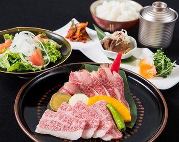 神戸と言えば、やっぱり食べたい神戸牛。でもステーキや鉄板焼きのお店だとちょっと高い…なんてときに嬉しいのが「八坐和」。一頭買いしているのが安さの秘訣!リーズナブルに神戸牛焼肉が楽しめます。